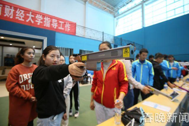 云南财经大学开射击课奥运冠军亲临现场指导 (1)