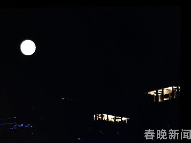 月亮 (2次曝光)本报记者 翟剑 摄 (1)