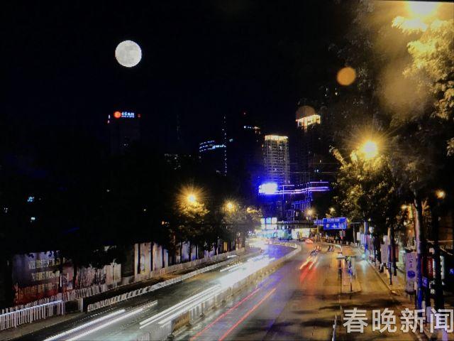 月亮 (2次曝光)本报记者 翟剑 摄