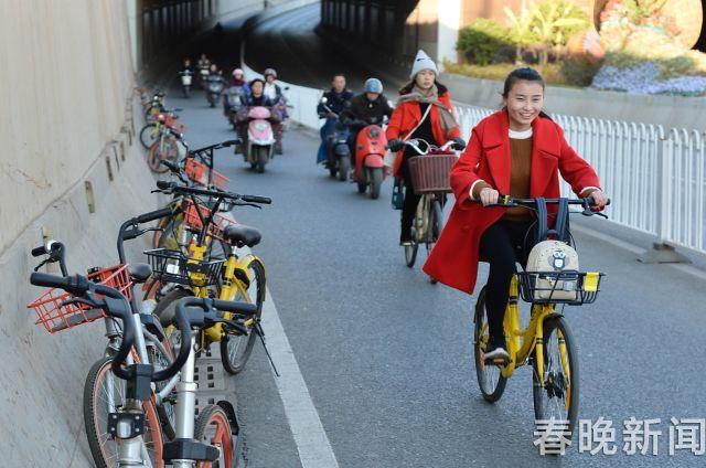 西福路隧出口停满共享单车 (2)