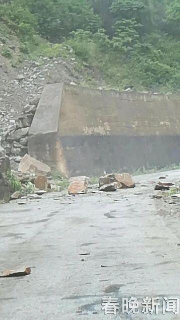 强降雨致山体松动滚石砸落 省道232线交通中断 (2)