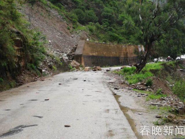 强降雨致山体松动滚石砸落 省道232线交通中断 (1)