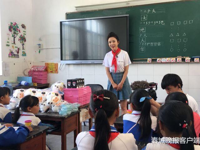 """阿里文学""""公益大篷车""""开进永胜  山乡小学"""