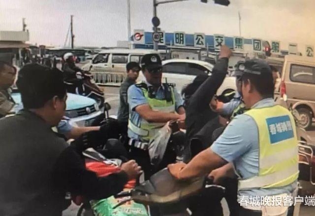 交警正当执法被男子挥拳击打