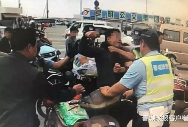 交警正当执法被男子挥拳击打 (1)