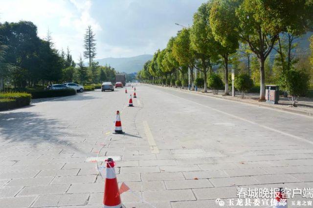 """丽江玉龙县有条""""神奇石板公路"""""""