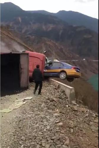 丽江一出租车悬空临江路面1